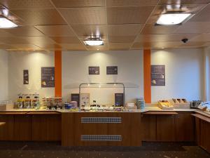 Ein Restaurant oder anderes Speiselokal in der Unterkunft ibis 3 Lacs Neuchâtel