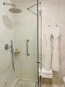A bathroom at Grand Hotel Palace Rome