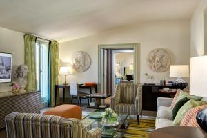 A seating area at Rocco Forte Hotel De Russie
