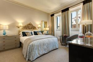 A bed or beds in a room at Rocco Forte Hotel De Russie