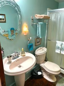 A bathroom at The Bella Ella Bed and Breakfast