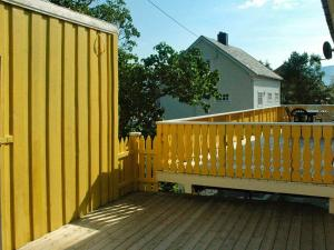 En balkong eller terrasse på Five-Bedroom Holiday home in Vevang 2