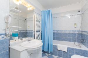 A bathroom at Picasso Apartments