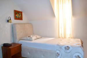 A bed or beds in a room at Hotel Villa Tafaj