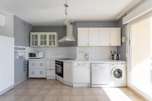 A kitchen or kitchenette at Appartement Standing Marseille 4 pers Clim Parking