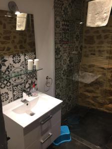 A bathroom at Chambre d'Hôtes les 3 Cochons d'Olt