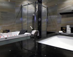 Um banheiro em Swiss International Royal Hotel Riyadh