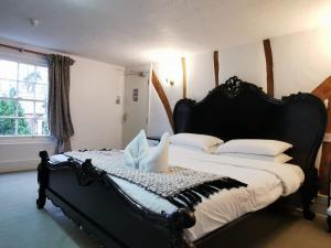 A bed or beds in a room at The Compasses Inn