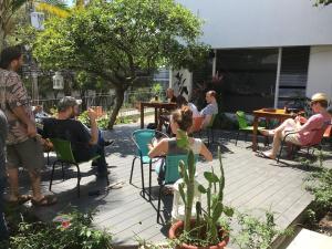 Un restaurante o sitio para comer en Lost in San Jose Hostel