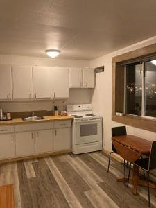 A kitchen or kitchenette at Pinewood Inn