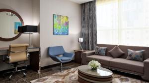 Uma área de estar em M Hotel Makkah by Millennium