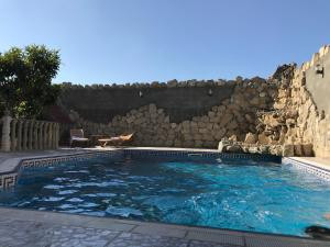 A piscina localizada em Luxury Villa with pool and waterfall ou nos arredores