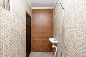 A bathroom at OYO 2240 Simpang Tujuh Residence