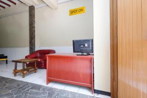 The lobby or reception area at OYO 2240 Simpang Tujuh Residence
