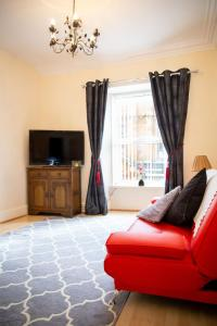 A seating area at Sandgate 2-Bed Apartment in Ayr central location