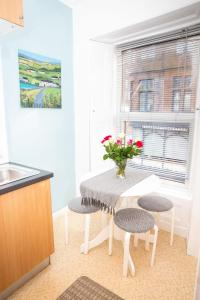A kitchen or kitchenette at Sandgate 2-Bed Apartment in Ayr central location