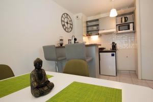 Cuisine ou kitchenette dans l'établissement Propriete d'une chambre a Athesans Etroitefontaine