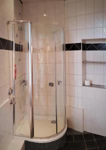 A bathroom at Center: 5min vom HBF, Düsseldorf Messe nähe.2.OG.L. Lavendel