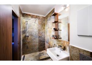A bathroom at Apartmanový Dom TatraTravel Smokovec