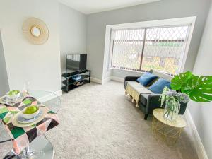A seating area at Inviting 1-Bed Apartment in Doncaster