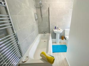 A bathroom at Inviting 1-Bed Apartment in Doncaster