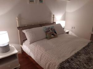 A bed or beds in a room at Charming 1-Bed Apartment in Kirkwall