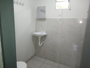 A bathroom at Kitnet Próxima ao Aeroporto
