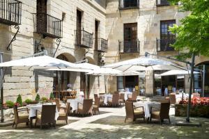 A restaurant or other place to eat at Parador de Santillana Gil Blas