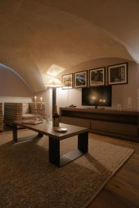 A television and/or entertainment center at Hôtel & Spa L'Alta Peyra
