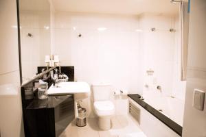 Um banheiro em Plaza São Rafael Hotel