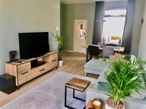 A television and/or entertainment centre at Modern townhouse with garden