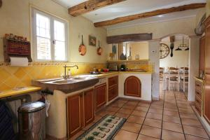 A kitchen or kitchenette at Le Jas Fontaine