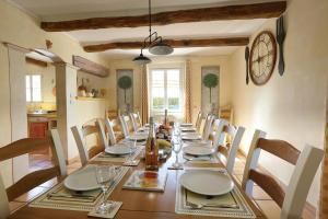 A restaurant or other place to eat at Le Jas Fontaine