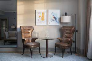 A seating area at voco Grand Central - Glasgow, an IHG Hotel