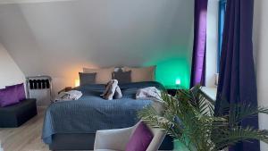 A bed or beds in a room at Friesenhof Nieblum - Hotel Garni