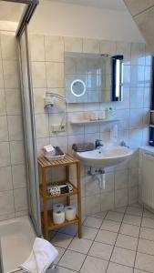 A bathroom at Friesenhof Nieblum - Hotel Garni