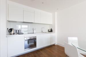 A kitchen or kitchenette at Luxury 2-Bed Flat w Parking