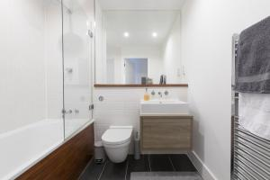 A bathroom at Luxury 2-Bed Flat w Parking