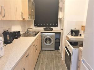 A kitchen or kitchenette at Self-Contained Vacation Apartment Ann-St Greenock