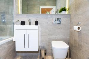 A bathroom at Absolute Stays on Grosvenor - Close to London - Near Luton Airport - St Albans Abbey Train Station - St Albans Cathedral - Harry Potter World - Free WiFi - Contractors - Corporate
