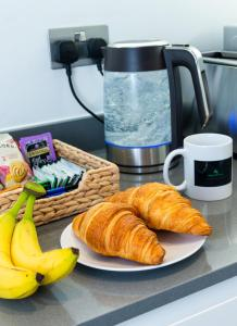 Breakfast options available to guests at Absolute Stays at The Ziggurat - Close to London - Near Luton Airport - St Albans Abbey Train station - St Albans Cathedral - Harry Potter World - Free WiFi - Contractors - Corporate