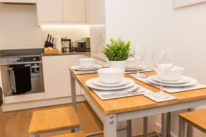 A kitchen or kitchenette at Absolute Stays at The Ziggurat - Close to London - Near Luton Airport - St Albans Abbey Train station - St Albans Cathedral - Harry Potter World - Free WiFi - Contractors - Corporate