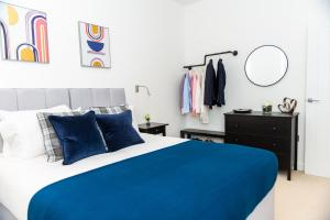 A bed or beds in a room at Absolute Stays at The Ziggurat - Close to London - Near Luton Airport - St Albans Abbey Train station - St Albans Cathedral - Harry Potter World - Free WiFi - Contractors - Corporate