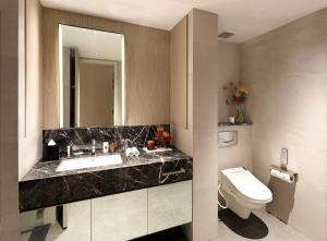 Ein Badezimmer in der Unterkunft Pan Pacific Serviced Suites Orchard