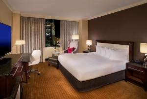A bed or beds in a room at Hilton Minneapolis