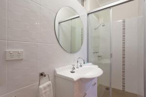 A bathroom at Elizabeth Motor Inn