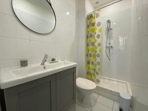 A bathroom at Happy Home☆Terrasse en ville☆Wifi-Netflix☆by AndersLocation