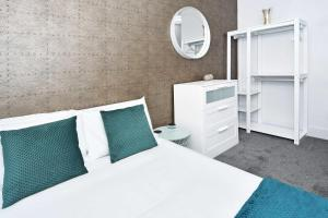A bed or beds in a room at Townhouse PLUS @ Lower Beth Street Stoke