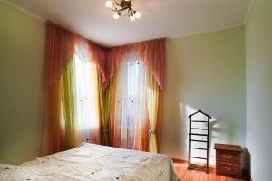 Кровать или кровати в номере Меридиан