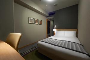 A bed or beds in a room at Hotel Sunroute Plaza Shinjuku